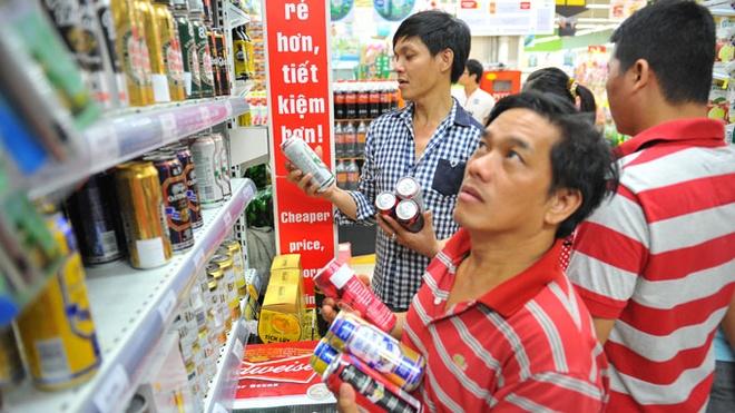 Bia sap tang gia hang loat? hinh anh 1 Đến tháng 7/2015 thuế tiêu thụ đặc biệt đối với mặt hàng bia sẽ tăng lên 65%.