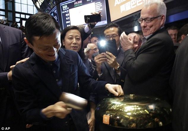 Jack Ma: Tu ke bi KFC da dit den nguoi giau thu 70 the gioi hinh anh 2 Jack Ma gõ cồng trên sàn NYSE.