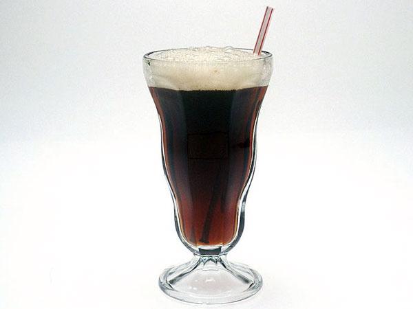 Nhung thuc pham lam ban mau gia hinh anh 5 Caffeine: Caffeine có đặc tính khử nước, nên khi uống quá nhiều caffeine sẽ làm cho cơ thể bạn bị mất nước. Caffeine không những khiến bạn mất ngủ mà còn loại bỏ độ ẩm của làn da, do đó làm cho làn da bị lão hóa nhanh chóng.