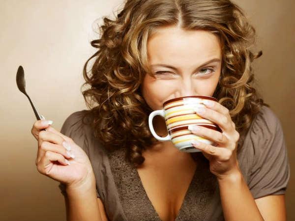 Khi co the bi giu nuoc, ban can lam gi? hinh anh 8 Uống ít caffein: Chất lỏng cần thiết cho cơ thể nhưng không phải những đồ uống chứa caffeine. Để kiểm soát được chứng bệnh này, bạn nên hạn chế uống những đồ uống có ga ngọt, trà, cà phê, nước tăng lực và rượu.