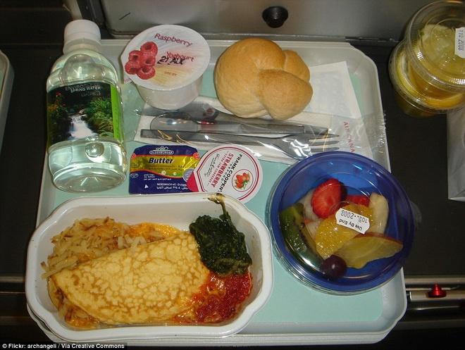Kham pha do an cua cac hang hang khong lon hinh anh 1 Hãng hàng không Air Canada phục vụ những khách hàng trong chuyến bay từ London đến Toronto bữa ăn sáng với trứng tráng, pho mát, rau chân vịt và nước sốt cà chua. Bên cạnh đó còn có sữa chua và một bát hoa quả.