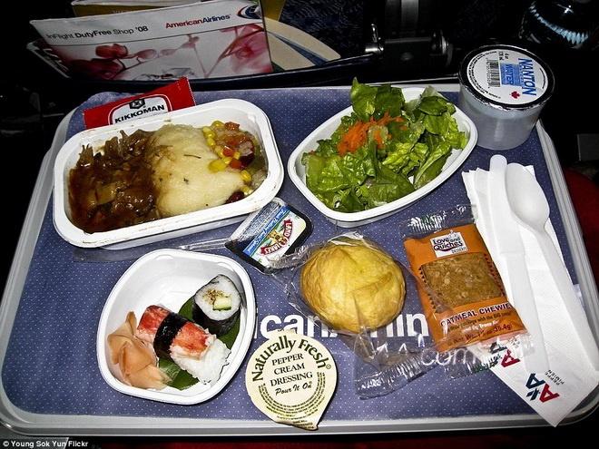 Kham pha do an cua cac hang hang khong lon hinh anh 10 American Airlines phục vụ các khách hàng trong chuyến bay từ New York đến Tokyo hai miếng sushi, thịt sốt và salad.