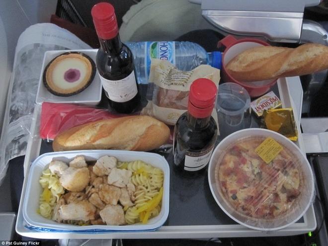 Kham pha do an cua cac hang hang khong lon hinh anh 11 Bữa ăn của Air France có mì xào gà, rượu vang đỏ, bánh mì và bánh ngọt để tráng miệng.