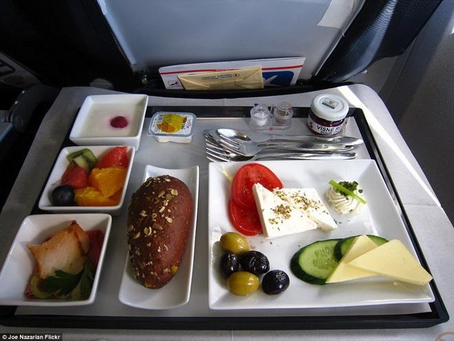 Kham pha do an cua cac hang hang khong lon hinh anh 12 Hãng hàng không Thổ Nhĩ Kỳ phục vụ giăm bông, bánh mì cuộn, salad cà chua, dưa chuột, phô mai và ô liu.