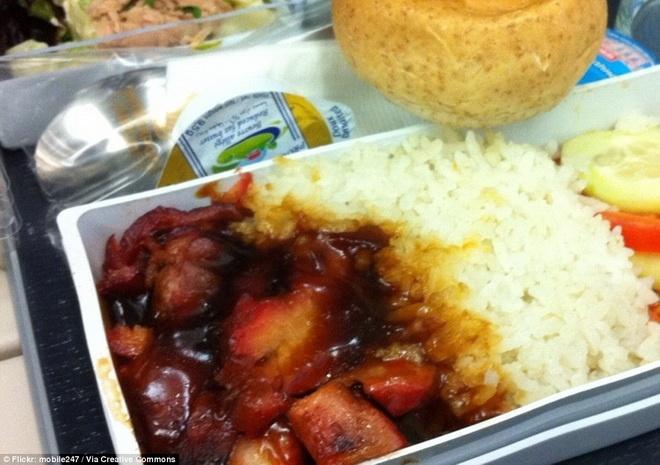 Kham pha do an cua cac hang hang khong lon hinh anh 2 Hãng hàng không Singapore Airlines phục vụ khách hàng cá ngừ, cần tây, cơm thịt kho, bánh mì và bánh trà xanh.