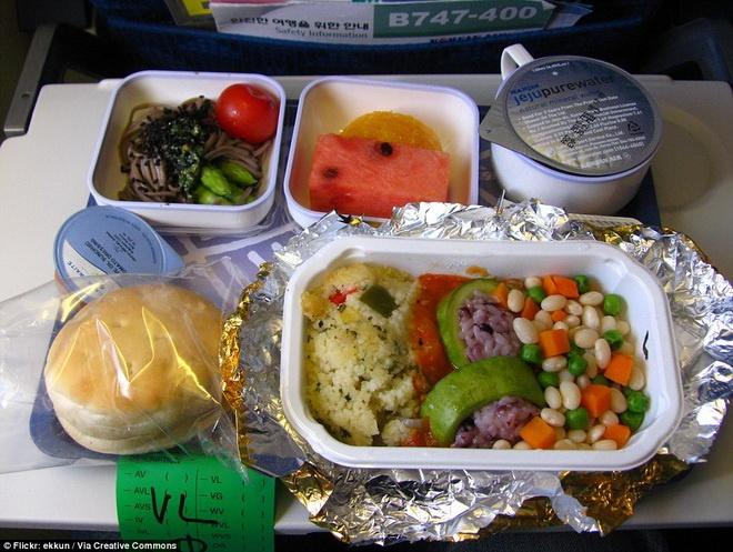 Kham pha do an cua cac hang hang khong lon hinh anh 5 Korean Air phục vụ các món ăn khá thanh đạm với rau nhồi cơm, trái cây, salad rau muối và bánh mì.