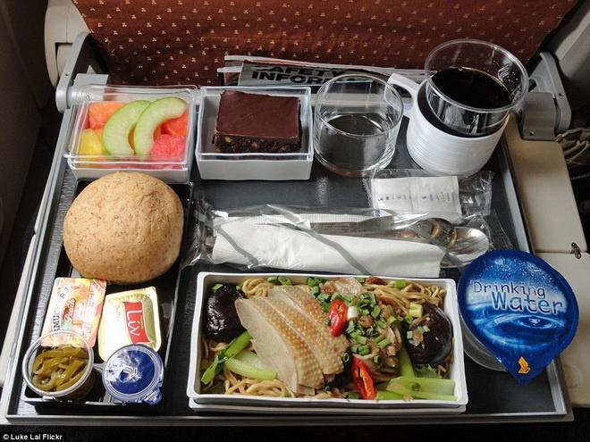 Kham pha do an cua cac hang hang khong lon hinh anh 6 Bữa ăn của Singapore Airlines nhìn khá bắt mắt với mì xào nấm, rau quả và 3 lát thịt gà. Bên cạnh đó còn có bánh mì, salad trái cây và miếng bánh ngọt.