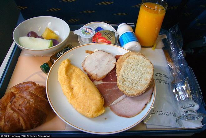 Kham pha do an cua cac hang hang khong lon hinh anh 7 Iberia Airlines phục vụ bánh mì nướng, thịt lợn hun khói, trứng tráng và trái cây.