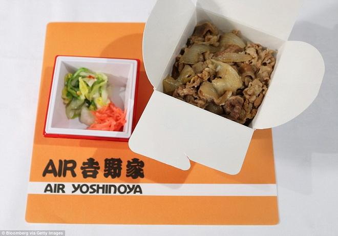 Kham pha do an cua cac hang hang khong lon hinh anh 8 Japan Airlines phục vụ rau ướp gia vị truyền thống và cơm thịt bò.