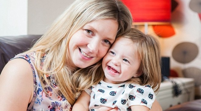 Chị Samantha Cousans và con gái.