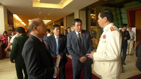 Bat dau co doanh nghiep lon pha san hinh anh 2 Các đại biểu trao đổi bên hành lang Quốc hội sáng nay 20/10.