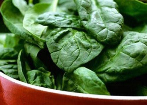 Rau chân vịt: Là một loại rau giàu canxi và vitamin C, vitamin K, photpho, kali, kẽm giúp tăng cường cơ bắp, giảm các vết rạn xương hữu hiệu, ngoài ra còn có selen giúp bảo vệ gan. Thành phần carotenoid neoxanthin trong rau chân vịt có thể tiêu diệt các tế bào ung thư tiền liệt tuyến trong khi beta carotin loại trừ tế bào ung thư ruột kết. Đáng chú ý, dinh dưỡng trong cuộng và rễ rau chân vịt còn nhiều hơn cả ở lá rau. Do đó không nên bỏ cuộng và rễ rau khi chế biến.