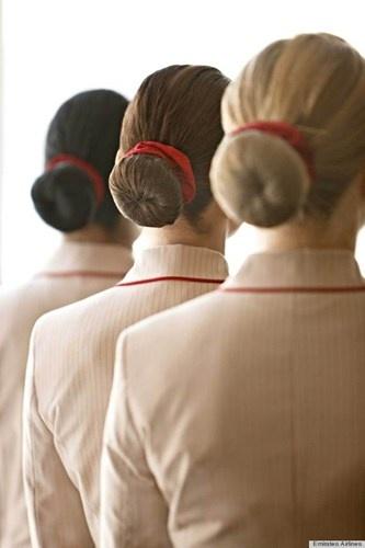 Nhung quy dinh nghiet nga it biet voi tiep vien hang khong hinh anh 2 Emirates – hãng hàng không ở Dubai có một danh sách những thứ cần chuẩn bị để trang điểm trước khi lên máy bay (thậm chí có cả quy định về loại kem nền được sử dụng). Chẳng hạn như móng tay phải sạch sẽ, màu son môi phải giống hệt màu đỏ của mũ. Nếu tóc dài chạm cổ áo thì phải búi cao lên. Có thể búi theo kiểu Pháp, đơn giản là cuộn vào, sau đó thắt lại rồi dùng nơ buộc cố định.