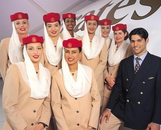 Nhung quy dinh nghiet nga it biet voi tiep vien hang khong hinh anh 3 Tiếp viên của hãng Emirates không được phép mặc đồng phục ngoài giờ làm nhiệm vụ. Đây có thể coi là một điều cấm kỵ. Tiếp viên buộc phải đội mũ đỏ vào những thời gian nhất định trong suốt cuộc hành trình, như khi xuất hiện trước hành khách, khi đi qua sân bay, trong suốt lúc cất cánh và hạ cánh. Thậm chí còn có cả quy định về cách đội mũ. Cụ thể là mũ phải được đội cao hơn so với lông mày khoảng 2,5 – 3 cm. Ngoài ra, họ còn được hướng dẫn tỉ mỉ cách gấp chiếc khăn thế nào cho nó gập lại đúng vị trí. Họ thường mất hơn 1 tiếng để trang điểm trước khi lên máy bay.