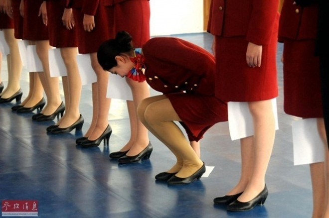 Nhung quy dinh nghiet nga it biet voi tiep vien hang khong hinh anh 6 Tại trường đào tạo tiếp viên hàng không Cáp Nhĩ Tân, Trung Quốc, các sinh viên phải trải qua 520 giờ luyện tập khắc nghiệt với các bài tập đứng thẳng...