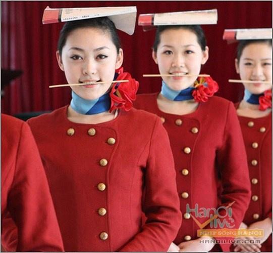 Nhung quy dinh nghiet nga it biet voi tiep vien hang khong hinh anh 7 Học cách mỉm cười cũng là một điều quan trọng đối với mỗi tiếp viên hàng không. Họ buộc phải tươi cười và niềm nở ngay cả khi hành khách đang giận dữ.