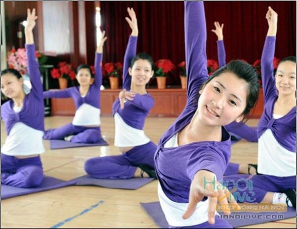 Nhung quy dinh nghiet nga it biet voi tiep vien hang khong hinh anh 8 Các nữ tiếp viên hàng không thường xuyên phải luyện tập yoga hoặc múa ballet để giữ được vóc dáng chuẩn trong công việc.