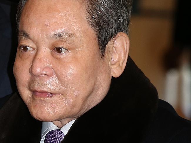 Cau chuyen Samsung: Chiec banh kep giua Apple va Trung Quoc hinh anh 2 Tỷ phú Lee Kun Hee đang tiến hành chuyển giao quyền lực cho con trai.