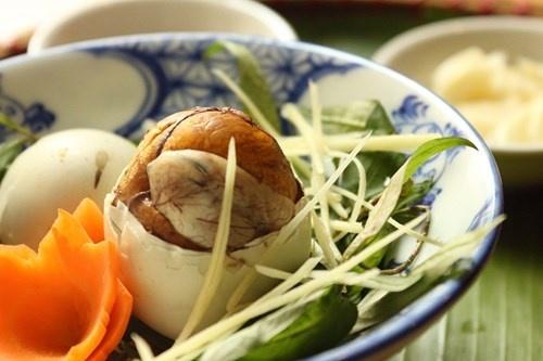 Nâng mũi xong ăn trứng vịt lộn được không?