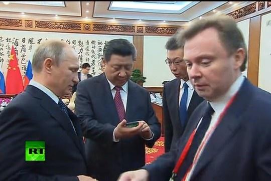 Ong Tap Can Binh duoc boc tem 'iPhone Nga' hinh anh