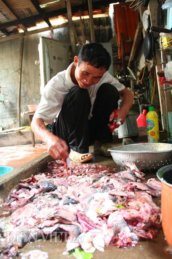Nha ong 7 tang giua Ha Noi 'ngap' trong rau, ca, ga, lon,... hinh anh 6 Ông cẩn thận chọn lọc và rửa sạch ruột cá đi xin ở ngoài chợ để mang về làm thức ăn cho cá ông thả.