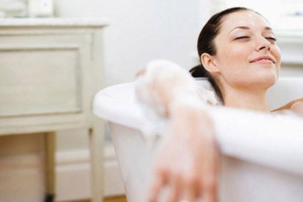 Có nên tắm nước ấm. Phụ nữ mang thai thường rỉ tai nhau rằng không nên tắm bằng nước nóng, đặc biệt là tắm trong phòng tắm hơi vì nó có thể gây hại đến sức khỏe của mẹ và sự phát triển của thai nhi.