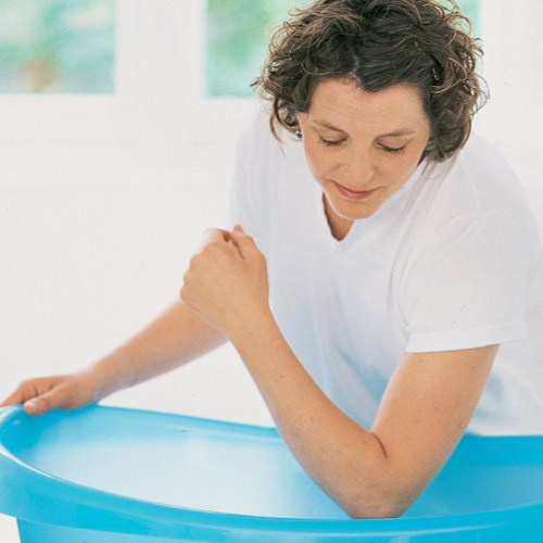 Mẹ chú ý đến nhiệt độ nước tắm. Chị em mang bầu nên nhớ một nguyên tắc khi chuẩn bị nước tắm: Xả vòi nước lạnh trước sau đó mới cho vòi nước nóng. Đảm bảo rằng nhiệt độ nước tắm không quá 36 độ C. Bạn có thể sử dụng nhiệt kế tắm để kiểm tra nhiệt độ của nước hoặc thử bằng khuỷu tay hay cánh tay vì da vùng này là nhạy cảm nhất.