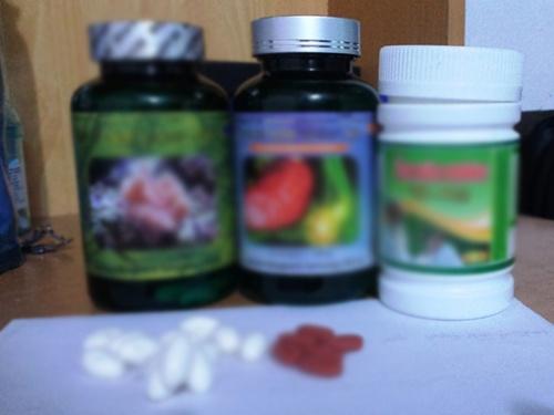 Ba lọ thuốc thực phẩm chức năng có giá 1 triệu đồng được bán cho người dân.