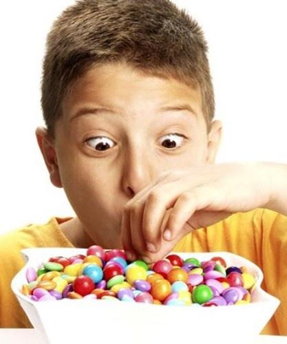 Loi co ban cha me thuong mac khi cho con an hinh anh 2 Trong các nghiên cứu của Đại học Penn State phát hiện ra rằng, những trẻ em bị hạn chế ăn bánh hoặc món ăn vặt khác sẽ ăn gần như gấp đôi gấp ba mỗi khi chúng có cơ hội sờ đến. Mẹ không cần cấm con ăn kẹo, hãy đọc rõ thành phần có trên bao bì để hạn chế các món ngọt chứa trên 150 calo hoặc thiết lập một chế độ dinh dưỡng ít đường kèm nhiều đường như, kem trộn hoa quả, salad rau trộn bơ…