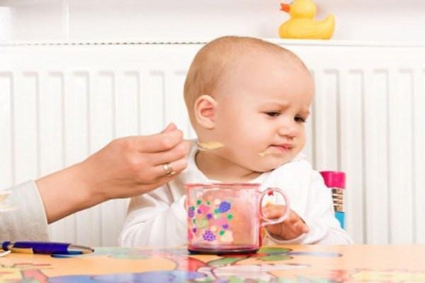 Loi co ban cha me thuong mac khi cho con an hinh anh 3 Ép trẻ ăn hết phần mẹ giao. Một đứa trẻ khỏe mạnh sẽ ăn khi lúc đói và ngừng khi chúng no. Đừng gây rối thói quen của bé bằng cách ép buộc bé ăn quá nhiều. Dạy cho trẻ cách điều chỉnh cơn đói và lấp đầy dạ dày với những thực phẩm lành mạnh.