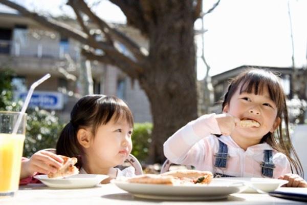 Loi co ban cha me thuong mac khi cho con an hinh anh 4 Nghiên cứu gần đây đã chỉ ra rằng tất cả trẻ em, bất kể tuổi tác, sẽ ăn nhiều hơn khi được phục vụ khẩu phần lớn hơn. phục vụ phần lớn hơn. Nói cách khác, càng đặt nhiều đồ ăn vào đĩa, chúng sẽ ăn càng nhiều bất kể chúng đang no.