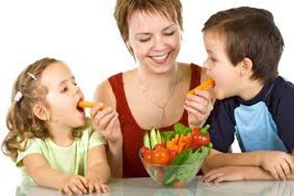 """Loi co ban cha me thuong mac khi cho con an hinh anh 8 Khen thưởng bằng kẹo. Bố mẹ cố gắng cho con ăn rau bằng cách treo giải """"ăn hết rau sẽ được ăn món kem tráng miệng"""". Cách dạy này sẽ khiến trẻ nghĩ rằng rau xanh không hấp dẫn bằng giải thưởng và kéo theo lần sau bé sẽ nghĩ đến """"giải thưởng"""" mới chịu ăn rau. Nhiều nghiên cứu đã chỉ ra rằng, thực phẩm ưu tiên đã bị giảm hẳn khi mẹ hứa hẹn với trẻ."""