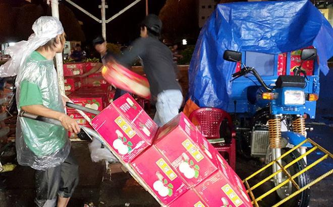 Van nhap cua Trung Quoc tu doi dua hinh anh 1 Hàng rau củ, trái cây từ Trung Quốc vẫn tràn về chợ đầu mối nông sản Thủ Đức, TP.HCM
