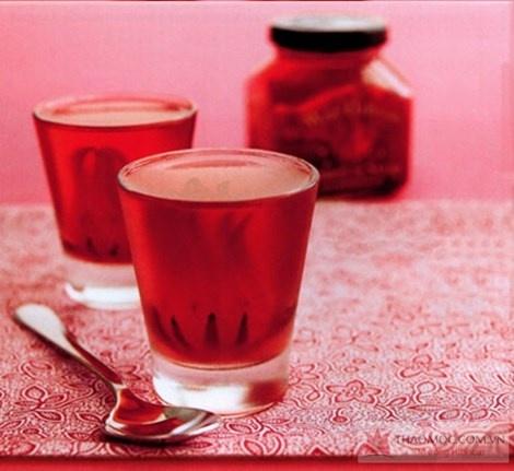 Cong dung chua benh tuyet voi cua hoa atiso do hinh anh 3 Siro hoa atiso đỏ là loại nước giải khát thanh nhiệt, mát gan. Ảnh: thaomoc.com.