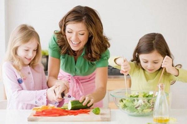 10 dieu me nen day khi con gai len 10 tuoi hinh anh 2 2. Làm thế nào để nấu ăn. Bạn hãy cho bé cơ hội chuẩn bị những bữa ăn nhỏ như bánh mì, trứng, salad, rau. Bé sẽ rất thích nấu ăn và thực hiện các kỹ năng sống này.