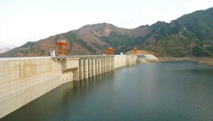 EVN lai, nhung rap rinh tang gia dien hinh anh 1 Năm 2014, EVN huy động khá nhiều thủy điện giá rẻ trong cơ cấu phát điện. Trong ảnh: Đập thủy điện Sơn La. .