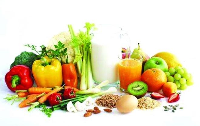 Bổ sung dưỡng chất nhờ thực phẩm. Tẩy da chết hay dưỡng ẩm chỉ có tác dụng trên bề mặt da, để da khỏe mạnh từ bên trong, bạn nên bổ sung dưỡng chất bằng cách thay đổi chế độ ăn hàng ngày. Nguồn thực phẩm dinh dưỡng giúp chống lại bệnh tật, giúp da luôn hồng hào tươi trẻ.