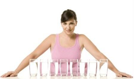 Uống đủ nước: Những ngày trời hanh khô cần uống nhiều nước hơn. Mỗi sáng dậy nên uống 200-300ml nước. Ngày 2-3 lần lấy khăn thấm nước ẩm ủ lên mặt chừng 1-2 phút để da bớt bị khô và căng. Ăn nhiều hoa quả, rau xanh.