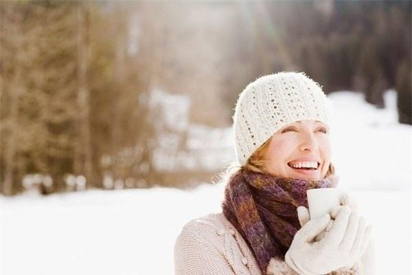 Hạn chế tiếp xúc ánh nắng mặt trời: Khi đi ra đường để hạn chế tiếp xúc với gió hanh gây khô nên mặc quần áo đủ ấm, đeo găng tay thường xuyên. Mùa đông cũng nên dùng loại kem chống nắng có chứa SPF để bảo vệ da.