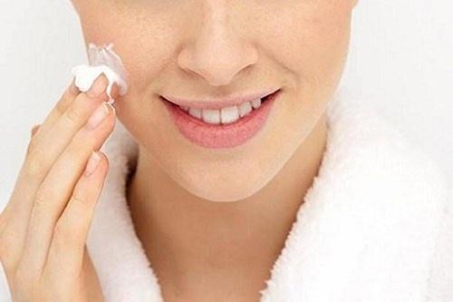 Sử dụng kem dưỡng ẩm: Việc dùng kem dưỡng ẩm sẽ giúp dưỡng ẩm cho da rất tốt. Ngay khi da còn ẩm, nên thoa ngay kem dưỡng ẩm vào những vùng da dễ bị khô, nứt nẻ để tăng cường độ ẩm và kích thích phục hồi da.