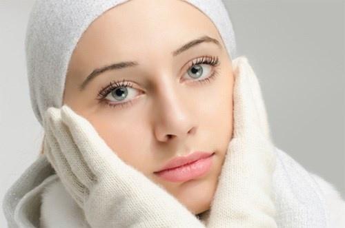 Trong trường hợp da rất khô, mỗi ngày chỉ nên rửa sạch mặt một lần vào ban đêm. Buổi sáng chỉ rửa mặt nhẹ nhàng với nước mát.