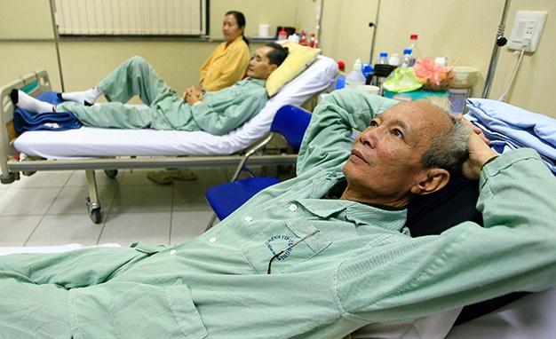 Nguoi benh hiem ngheo doi mat kho khan hinh anh 2 Hầu hết bệnh nhân điều trị ung thư tại khoa ung bướu xạ trị Bệnh viện Hữu Nghị (Hà Nội), trong đó có ông Vũ Văn Lai, đều lo lắng trước quy định mới của bảo hiểm y tế .