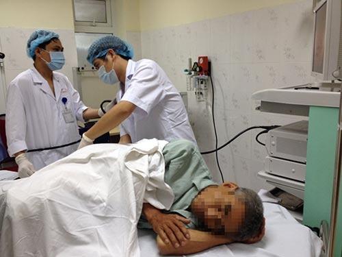Tu chua benh tri: Nhieu rui ro hinh anh 1 Một ca nội soi tiêu hóa tại Bệnh viện E trung ương (Hà Nội).