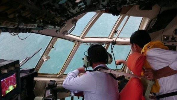 Dieu tra nguyen nhan tai nan may bay co the rat lau hinh anh 1 Tổng thống Indonesia Widodo lên máy bay quân sự C-130 trên vùng trời nơi tìm thấy mảnh vỡ QZ8501. Ảnh: Twitter
