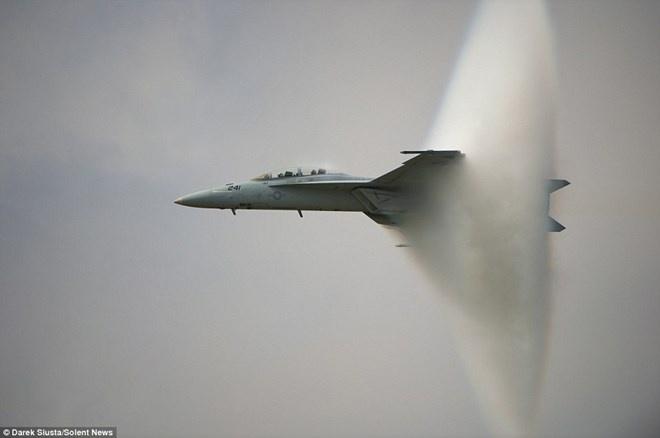 Bi an quanh hinh anh may bay vuot rao am thanh hinh anh 1 Máy bay chiến đấu tạo ra một cái nón từ hơi nước.