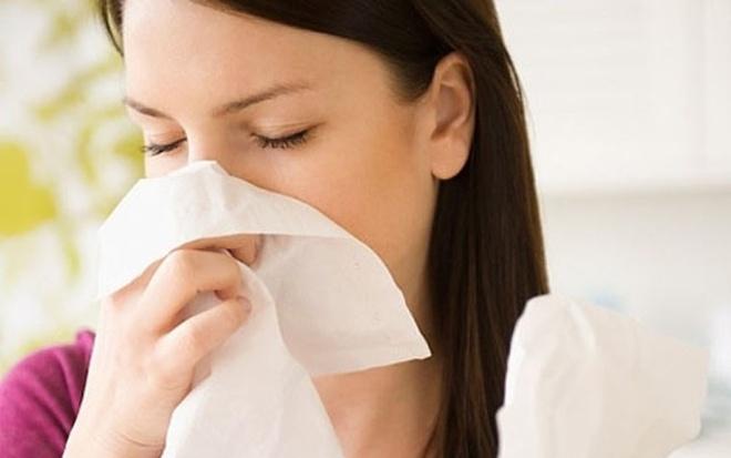 Một trong những triệu chứng phổ biến của bệnh này là tình trạng chảy máu mũi. Máu có thể chảy từ một, hai bên; xuất hiện máu trong nước mũi song dễ bị nhầm lẫn với chảy máu cam thông thường. Dần dần, tình trạng này ngày càng diễn ra thường xuyên hơn.