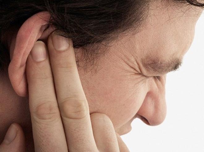 Ù tai, giảm khả năng thính giác. Ù tai, giảm khả năng nghe là kết quả của chấn thương dây thần kinh thính giác do sự suy thoái của ung thư mũi họng. Dù vậy, nó dễ bị đánh đồng với chứng viêm tai giữa, ảnh hưởng đến hiệu quả điều trị.