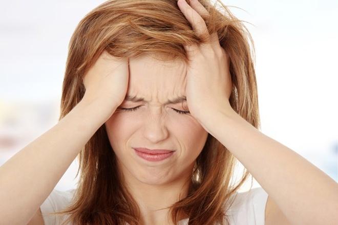 Đau đầu. Tình trạng này diễn ra với 70% trường hợp. Khi đó, người bệnh chủ yếu chịu sự hành hạ từ những cơn đau nữa đầu. Nguyên nhân bắt nguồn từ việc các mô ung thư xâm nhập vào sọ, dây thần kinh và mạch máu.