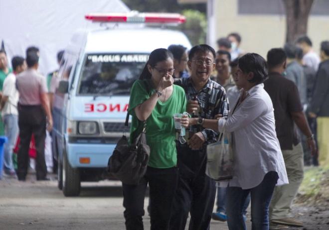 Than nhan hanh khach QZ8501 buc xuc vi duoc boi thuong it hinh anh 1 Thân nhân hành khách QZ8501 đau buồn sau khi nhận thi thể người nhà ở Surabaya.