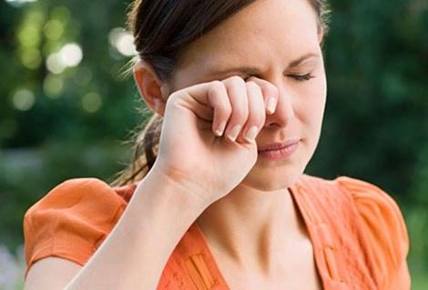 12 thoi quen khien ban gia truoc tuoi hinh anh 1 Dụi mắt nhiều sẽ gây tổn thương làn da mỏng manh xung quanh mắt, khiến mắt có quầng thâm. Hình minh họa.
